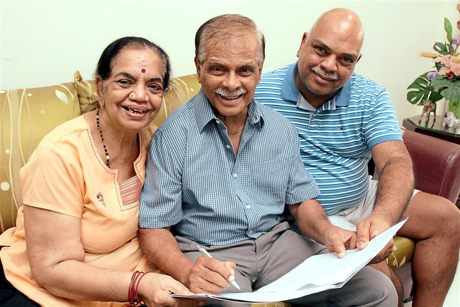 Navaratnam with his wife, Kanga Ambujam, and their son, Ramesh. Photo: The Star/ M. Azhar Arif